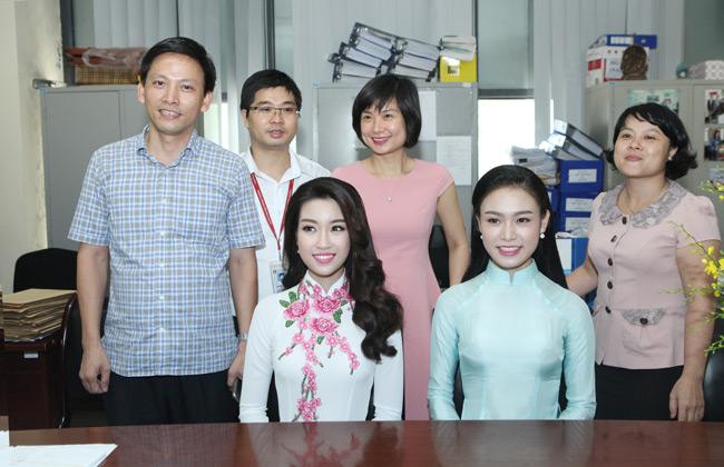 Hoa hậu Mỹ Linh về thăm thầy cô ĐH Ngoại Thương - 7