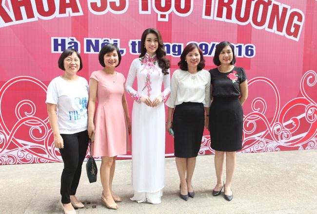 Hoa hậu Mỹ Linh về thăm thầy cô ĐH Ngoại Thương - 10