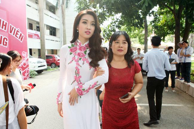 Hoa hậu Mỹ Linh về thăm thầy cô ĐH Ngoại Thương - 11