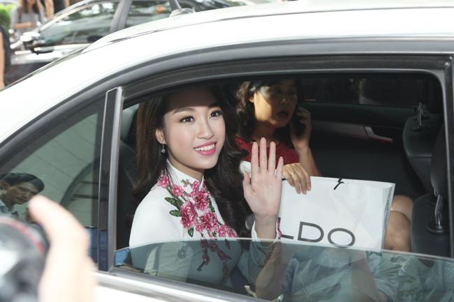 Hoa hậu Mỹ Linh về thăm thầy cô ĐH Ngoại Thương - 12