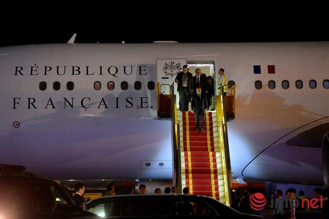 Tổng thống Pháp đã đến Việt Nam đêm qua - 2