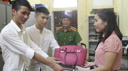 Hai nam sinh trả lại túi tiền nhặt được khi tới trường - 1