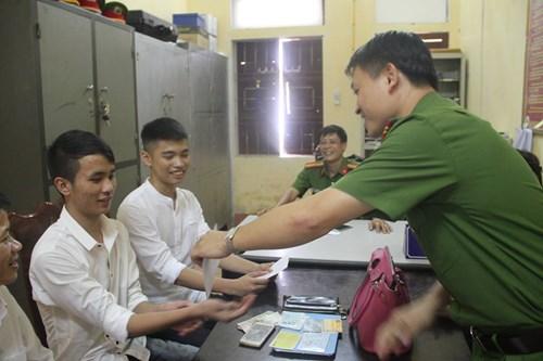 Hai nam sinh trả lại túi tiền nhặt được khi tới trường - 2