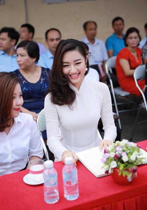 HH Trần Thu Ngân diện áo dài trắng tinh khôi dự khai giảng trường cũ - 1
