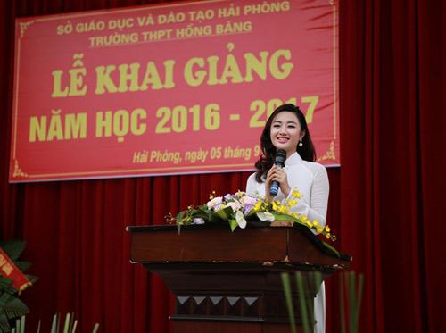 HH Trần Thu Ngân diện áo dài trắng tinh khôi dự khai giảng trường cũ - 2