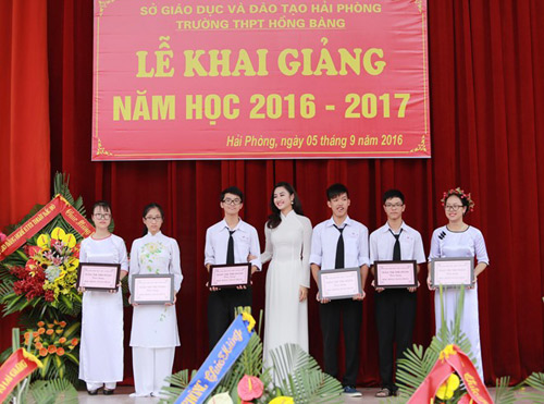 HH Trần Thu Ngân diện áo dài trắng tinh khôi dự khai giảng trường cũ - 3