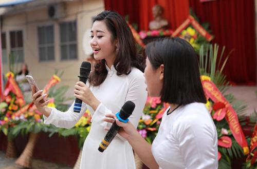 HH Trần Thu Ngân diện áo dài trắng tinh khôi dự khai giảng trường cũ - 4
