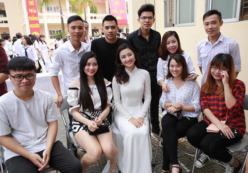 HH Trần Thu Ngân diện áo dài trắng tinh khôi dự khai giảng trường cũ - 5