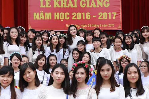 HH Trần Thu Ngân diện áo dài trắng tinh khôi dự khai giảng trường cũ - 6