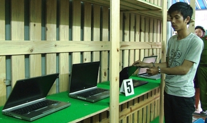 Thiếu tiền chơi game, nam sinh trộm gần chục laptop - 1