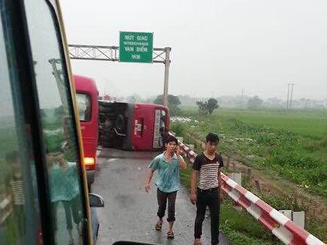 Xe khách tự lật giữa mưa gió, 12 người thương vong - 1