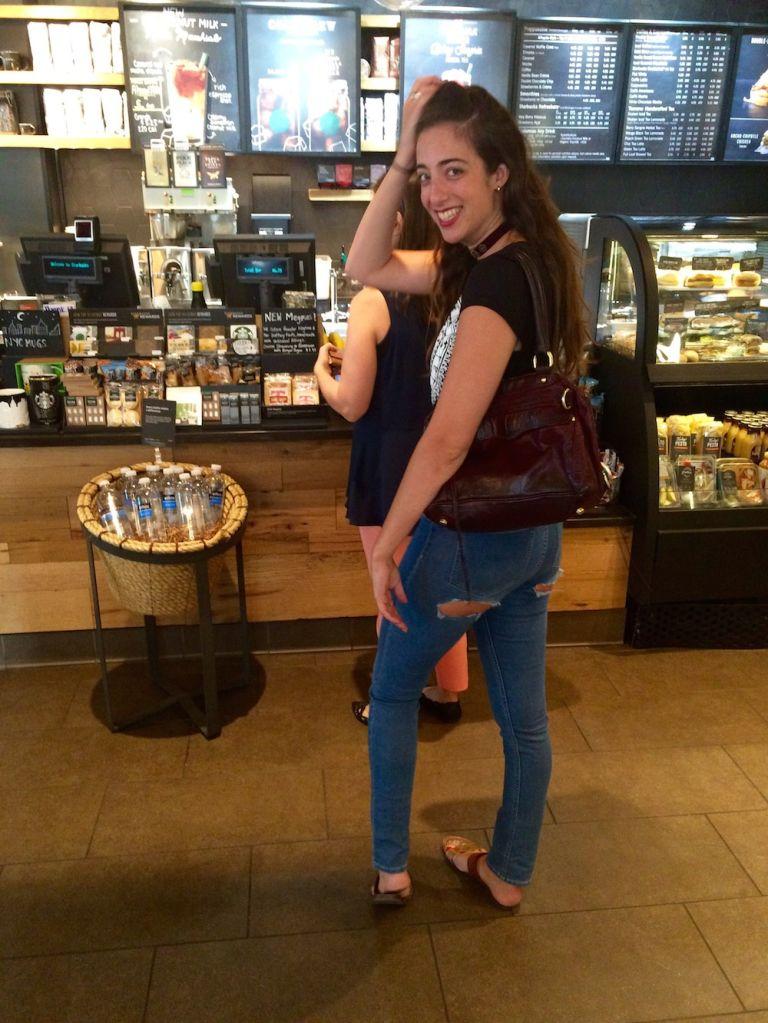 Mỹ nữ bị ném đá vì cosplay quần rách mông của Kylie Jener - 3