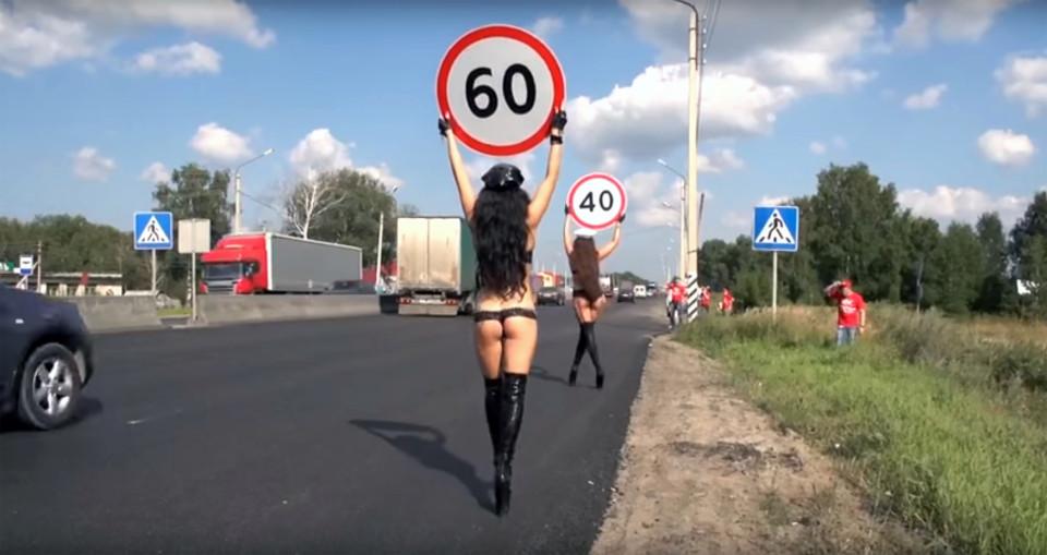Nga: Dùng thiếu nữ ngực trần để giảm tai nạn giao thông - 4