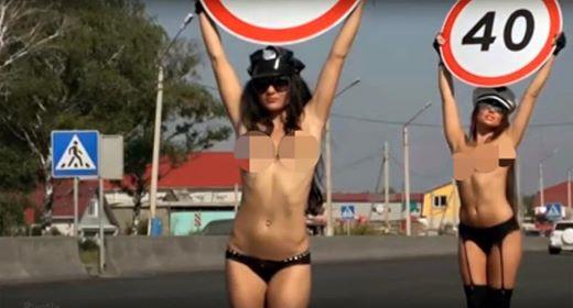 Nga: Dùng thiếu nữ ngực trần để giảm tai nạn giao thông - 3