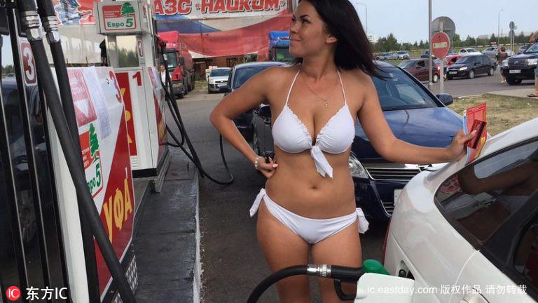 Thú vị với thử thách mặc đồ bikini đổ xăng miễn phí - 1