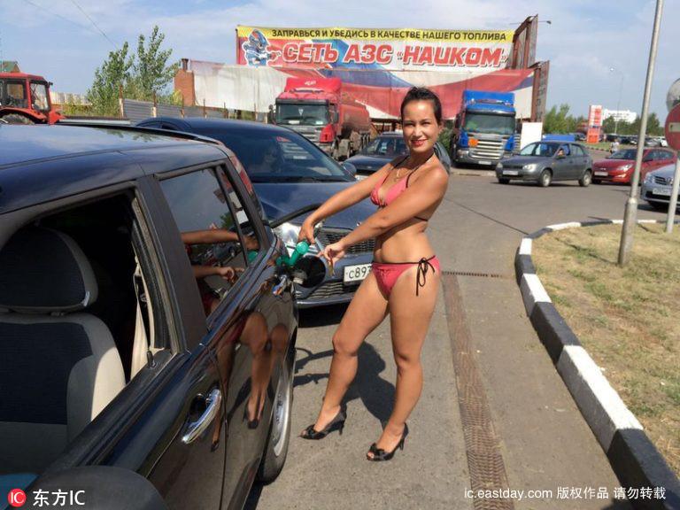 Thú vị với thử thách mặc đồ bikini đổ xăng miễn phí - 3