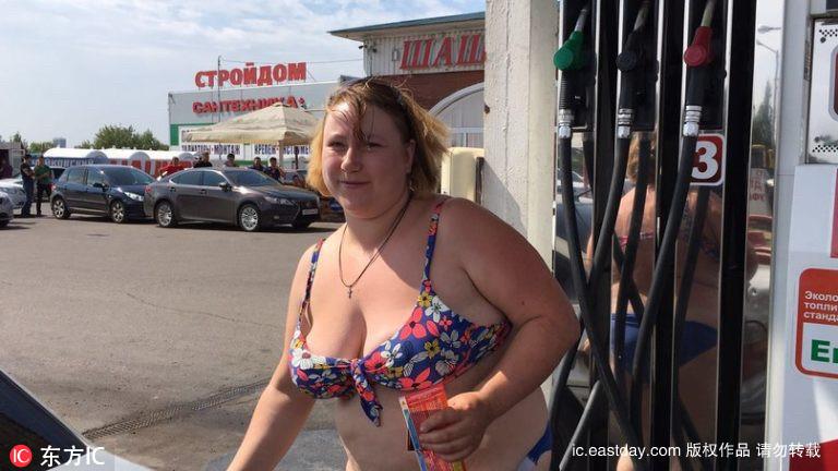 Thú vị với thử thách mặc đồ bikini đổ xăng miễn phí - 7