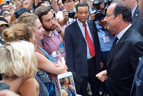 Ảnh: Tổng thống Pháp dạo phố cổ trong chiều thu Hà Nội - 9