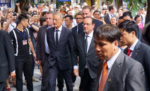 Ảnh: Tổng thống Pháp dạo phố cổ trong chiều thu Hà Nội - 1