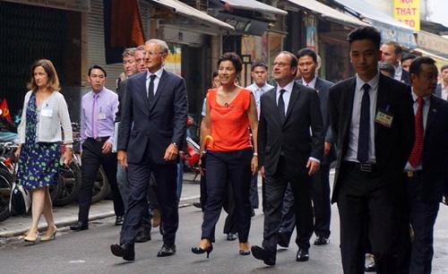 Ảnh: Tổng thống Pháp dạo phố cổ trong chiều thu Hà Nội - 7