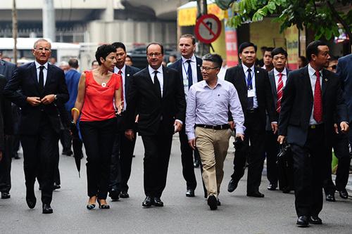 Ảnh: Tổng thống Pháp dạo phố cổ trong chiều thu Hà Nội - 8
