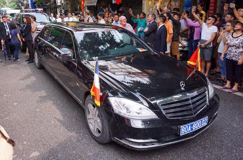 Ảnh: Tổng thống Pháp dạo phố cổ trong chiều thu Hà Nội - 3
