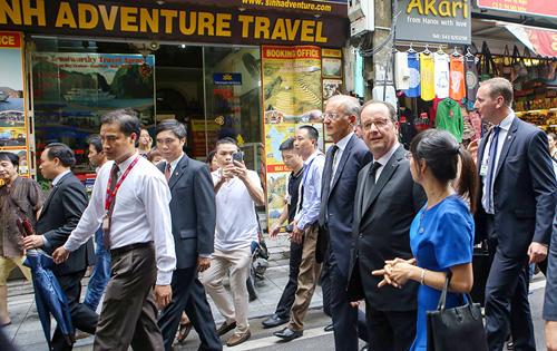 Ảnh: Tổng thống Pháp dạo phố cổ trong chiều thu Hà Nội - 16