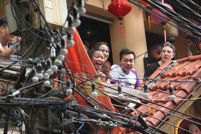 Ảnh: Tổng thống Pháp dạo phố cổ trong chiều thu Hà Nội - 5