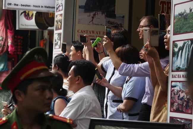 Ảnh: Tổng thống Pháp dạo phố cổ trong chiều thu Hà Nội - 4