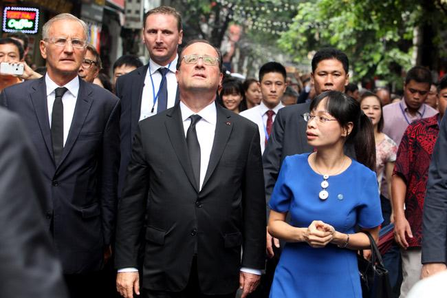 Ảnh: Tổng thống Pháp dạo phố cổ trong chiều thu Hà Nội - 12