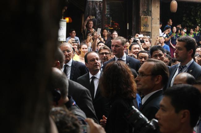 Ảnh: Tổng thống Pháp dạo phố cổ trong chiều thu Hà Nội - 2