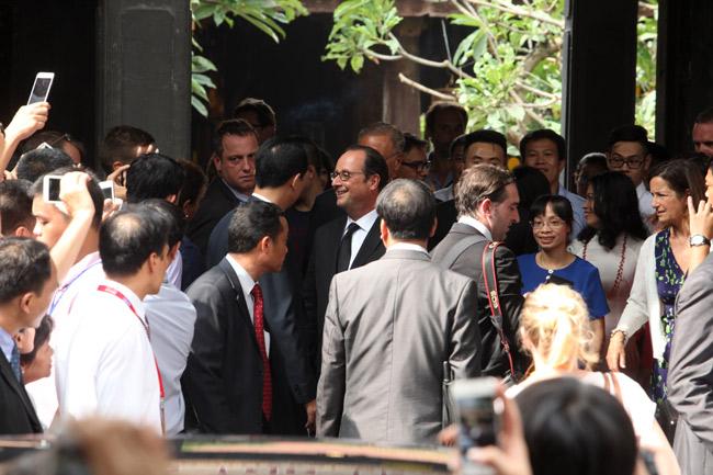 Ảnh: Tổng thống Pháp dạo phố cổ trong chiều thu Hà Nội - 15