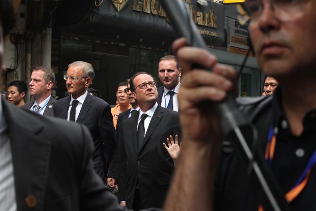 Ảnh: Tổng thống Pháp dạo phố cổ trong chiều thu Hà Nội - 13