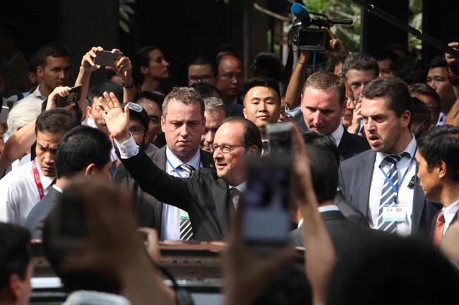 Ảnh: Tổng thống Pháp dạo phố cổ trong chiều thu Hà Nội - 14