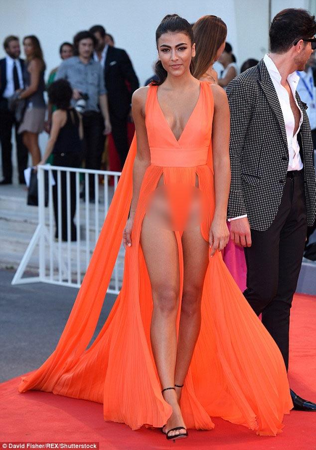 Tuyệt chiêu thuần hóa váy khoét sâu hở sườn siêu sexy - 1