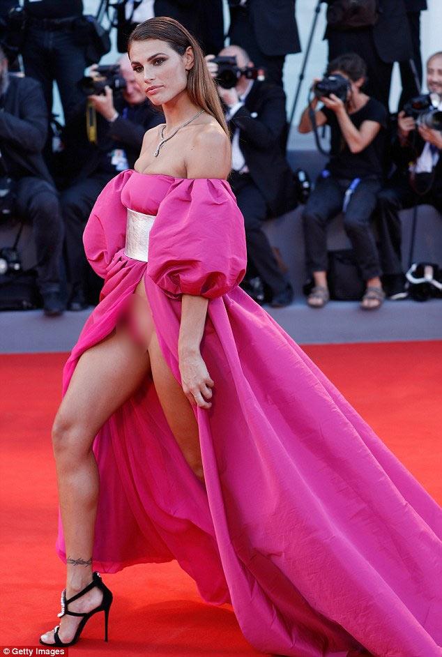 Tuyệt chiêu thuần hóa váy khoét sâu hở sườn siêu sexy - 2