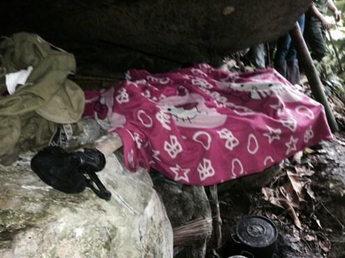Cận cảnh hang ẩn náu của hung thủ gây thảm án ở Lào Cai - 3