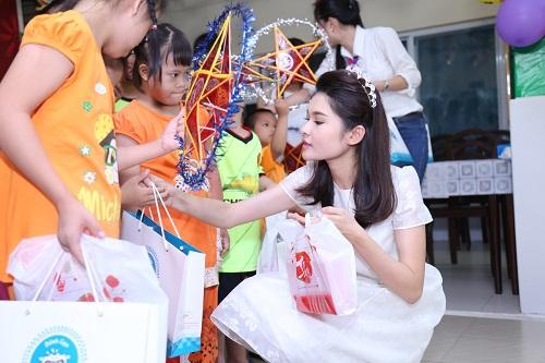Mỹ Linh, Thùy Dung hóa tiên nữ vui Trung thu cùng các em nhỏ - 8