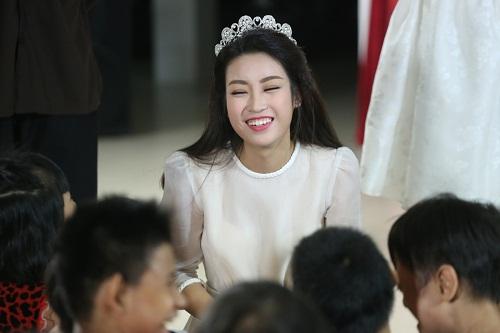 Mỹ Linh, Thùy Dung hóa tiên nữ vui Trung thu cùng các em nhỏ - 14