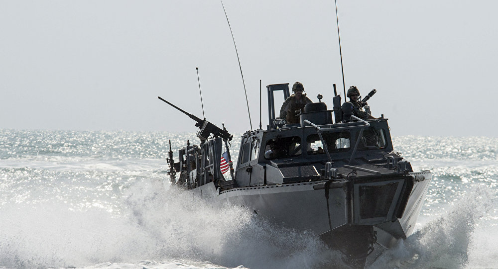 Tàu Iran chặn nguy hiểm sát đầu tàu Mỹ ở vịnh Ba Tư - 1