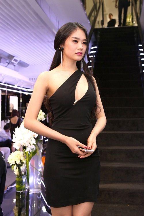 Từ khi sửa ngực, á hậu Linh Chi mặc siêu gợi cảm - 6