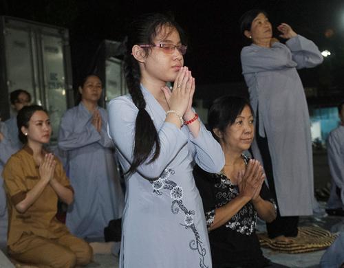 Hàng trăm khán giả làm lễ cầu an cho Minh Thuận - 1