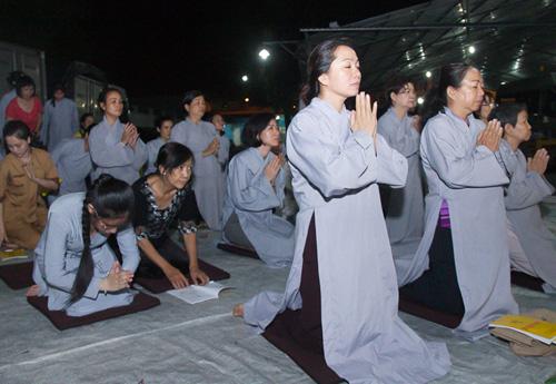 Hàng trăm khán giả làm lễ cầu an cho Minh Thuận - 2