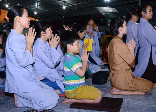 Hàng trăm khán giả làm lễ cầu an cho Minh Thuận - 3