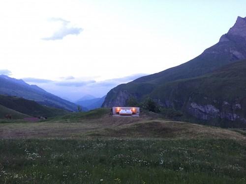 """Khách sạn lộ thiên """"siêu độc"""" trên đỉnh núi ở Thụy Sĩ - 1"""