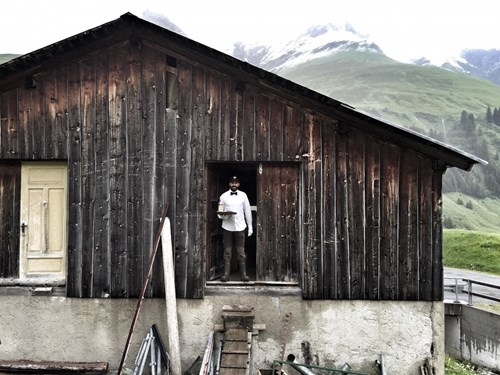"""Khách sạn lộ thiên """"siêu độc"""" trên đỉnh núi ở Thụy Sĩ - 7"""