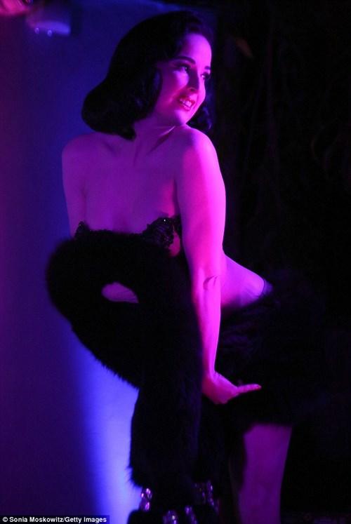 """""""Bỏng mắt"""" màn diễn bốc lửa của vũ nữ thoát y Dita Von Teese - 5"""