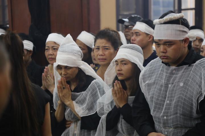 Vợ con khóc lặng trong lễ viếng nghệ sĩ Hán Văn Tình - 1