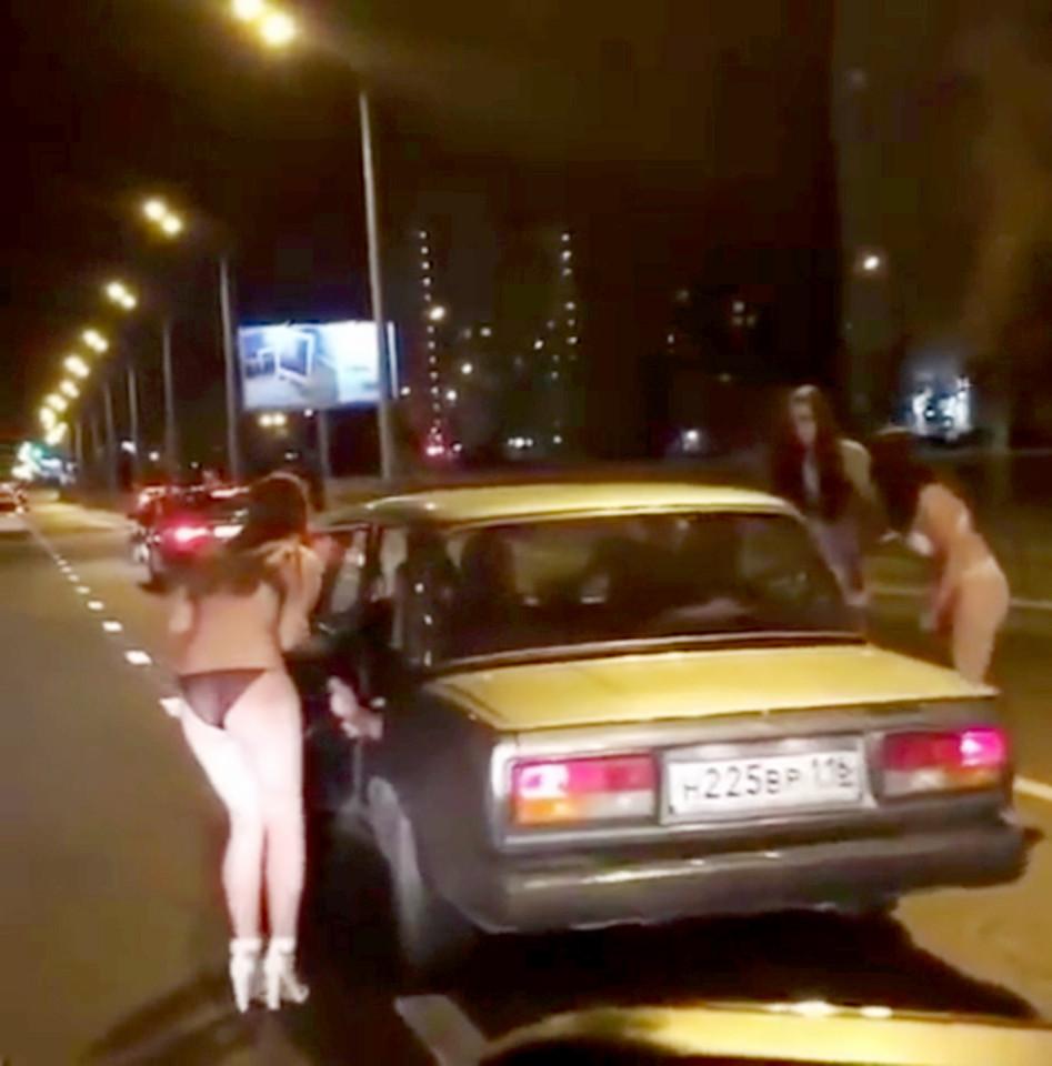 Nga: Thiếu nữ mặc đồ lót đứng phố xin tiền mua quần áo - 1