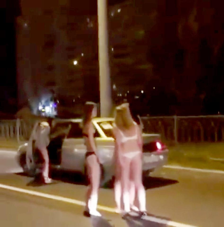 Nga: Thiếu nữ mặc đồ lót đứng phố xin tiền mua quần áo - 3
